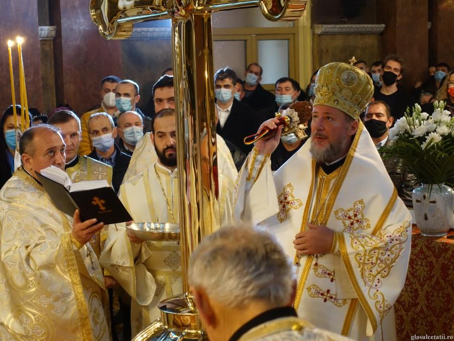 Crăciun 2020, ÎN IMAGINI – Liturghie Arhierească, sfințire de Cruce și hirotonii întru preot și diacon, la Catedrala Veche din Arad