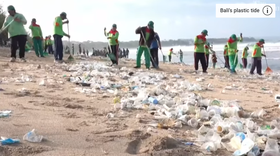 90 de tone de gunoi în doar două zile. Plajele din Bali, acoperite de deșeuri din plastic