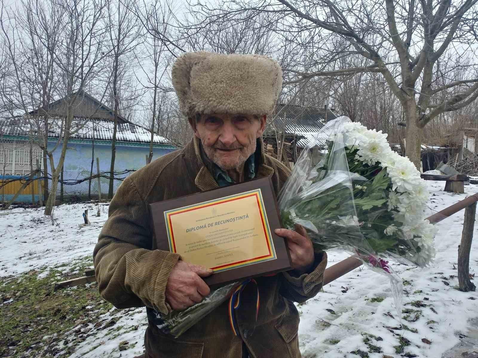 Veteranul de război Constantin Cojocari, sărbătorit de Ambasada României în Republica Moldova la împlinirea vârstei de 102 ani