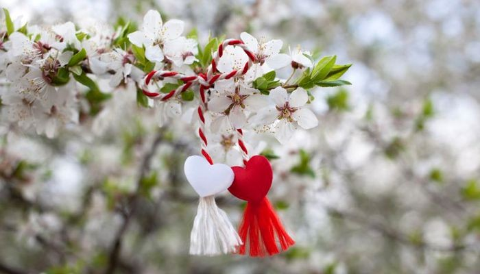 Tradiții și obiceiuri de Mărțișor. Ce simbolizează șnurul alb cu roșu