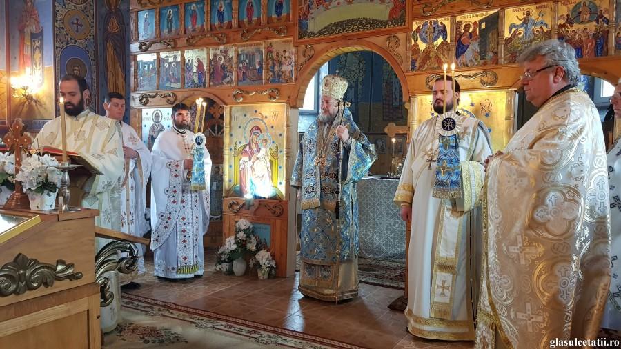 """""""Postul, rugăciunea și dragostea sunt mijloace prin care ne despovărăm inimile și le facem locaș harului și luminii lui Dumnezeu"""" - PS Emilian, în Parohia Tălagiu"""