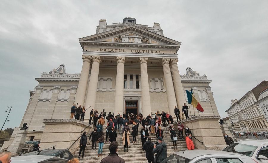 Artiștii Filarmonicii Arad au cântat pe treptele Palatului Cultural în semn de mulțumire pentru toți cei care i-au sprijinit pentru salvarea instituției