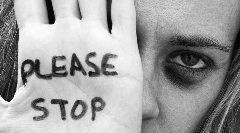 Pandemia adâncește fenomenul violenței domestice. În medie, în fiecare oră o femeie sună la 112