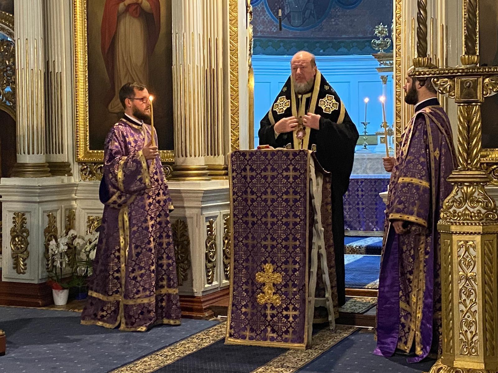 """Denia din Sfânta și Marea Miercuri, la Catedrala Veche. """"Să nu-L trădăm pe Hristos prin păcatele și necredința noastră!"""" - PS Emilian Crișanul"""