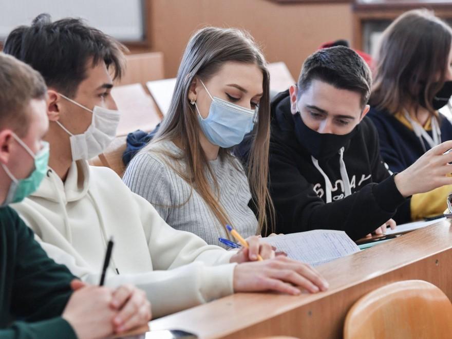 Elevii din clasele terminale revin la cursuri cu prezenţă fizică, începând de astăzi