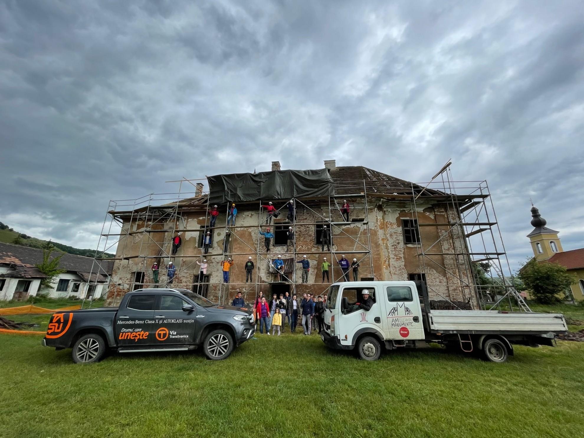 Tibi şi Alin Uşeriu, printre voluntarii care repară acoperişul Castelului Brukenthal din Micăsasa