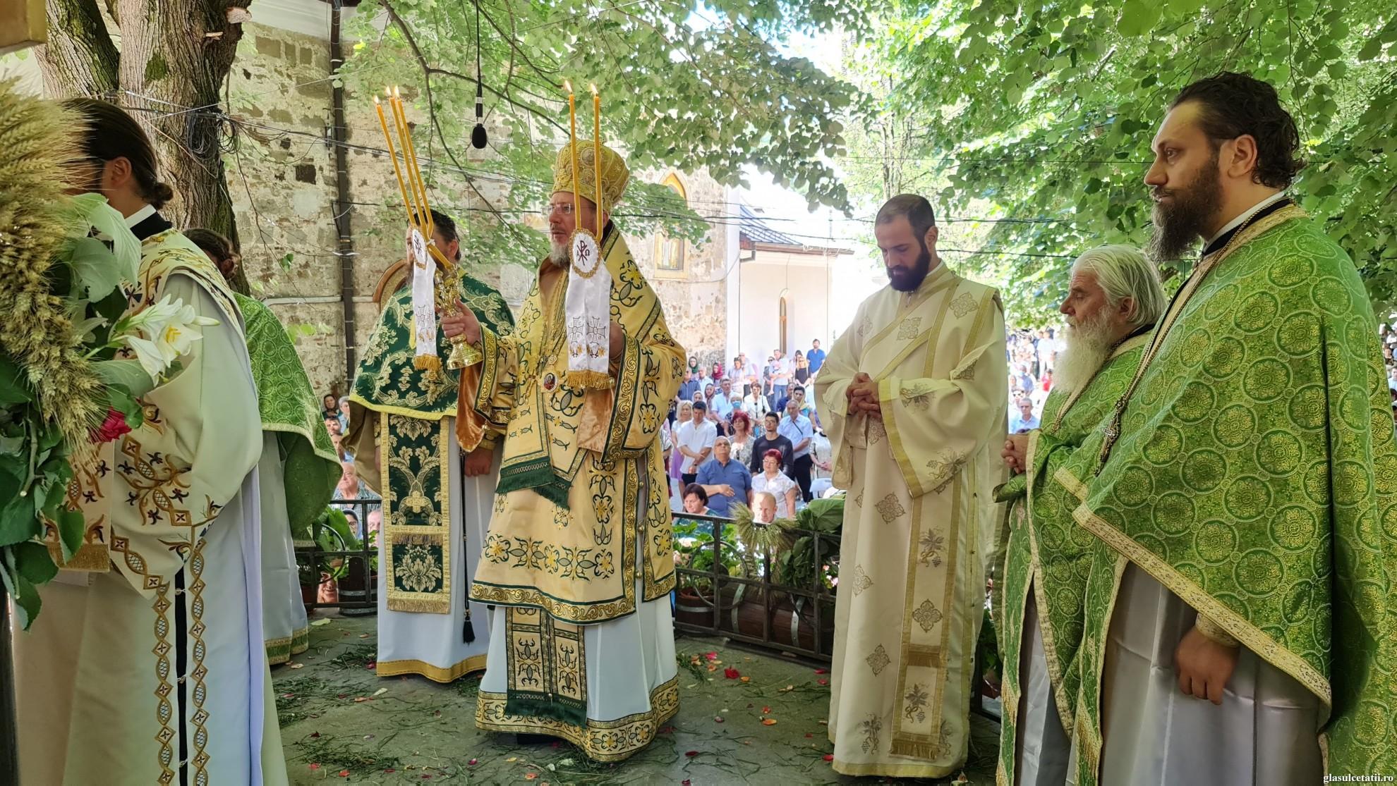 """(FOTO)""""Duhul Sfânt sfințește și înveșnicește viața noastră"""" - PS Emilian Crișanul, la hramul de vară al Mănăstirii Hodoș-Bodrog"""