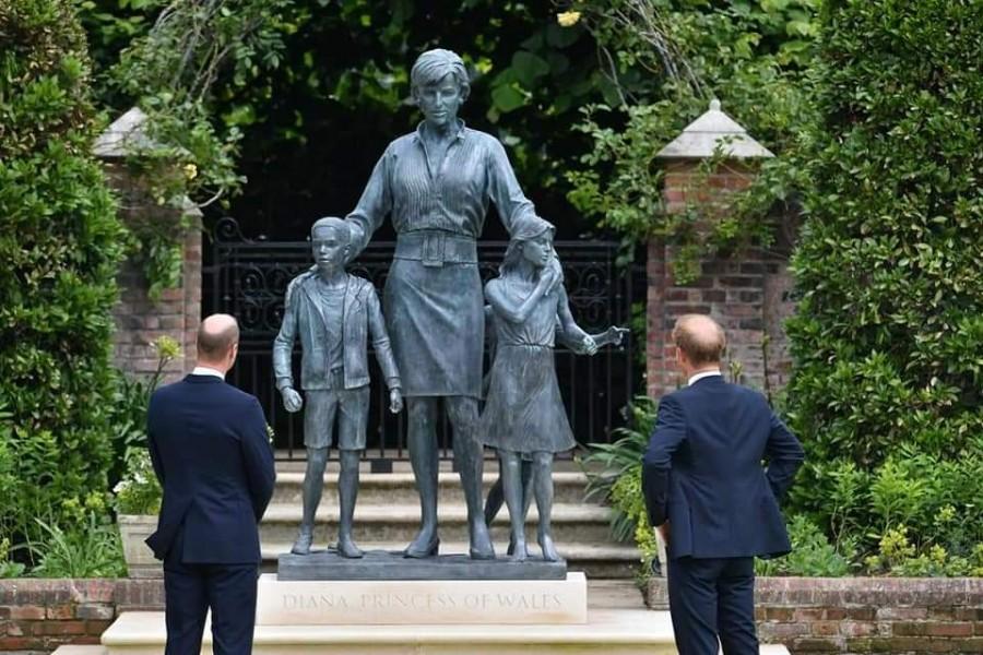 O statuie-omagiu închinată Prințesei Diana, dezvelită de William și Harry