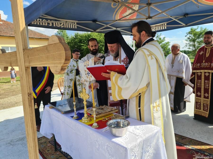 (FOTO) Astăzi s-a sfințit piatra de temelie pentru prima biserică ortodoxă din Sânpaul, închinată Sfinților Români