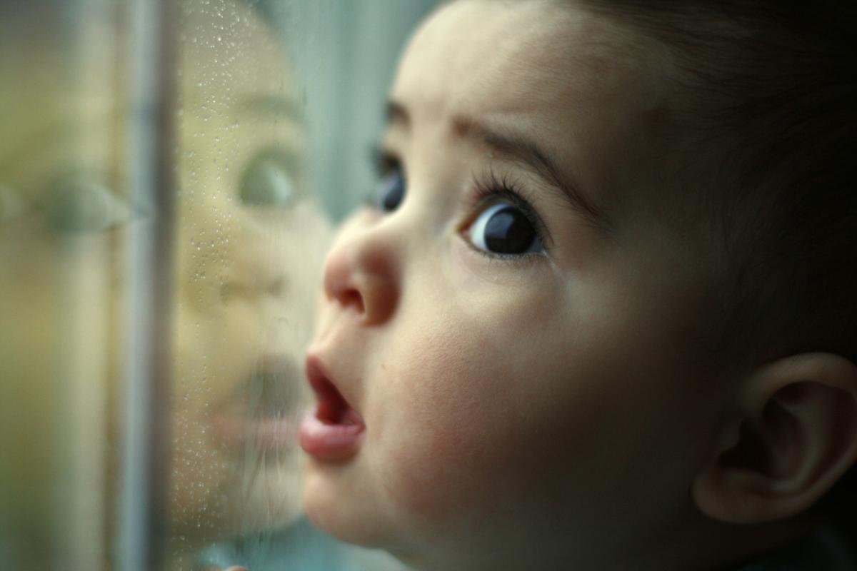 Se caută părinți de suflet pentru copiii abandonați din Arad. Cum poți deveni asistent maternal