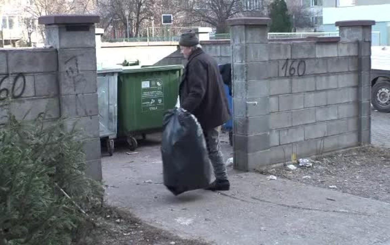 Lecția zilei vine din Botoșani! Un bărbat fără adăpost a găsit peste 20.000 de lei și i-a dus la Poliție