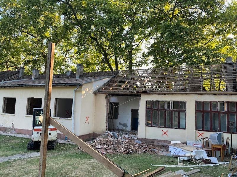 Casa Ceaiului, ultima clădire rămasă nerestaurată din Satul Regal Săvârşin, a intrat în reparaţii