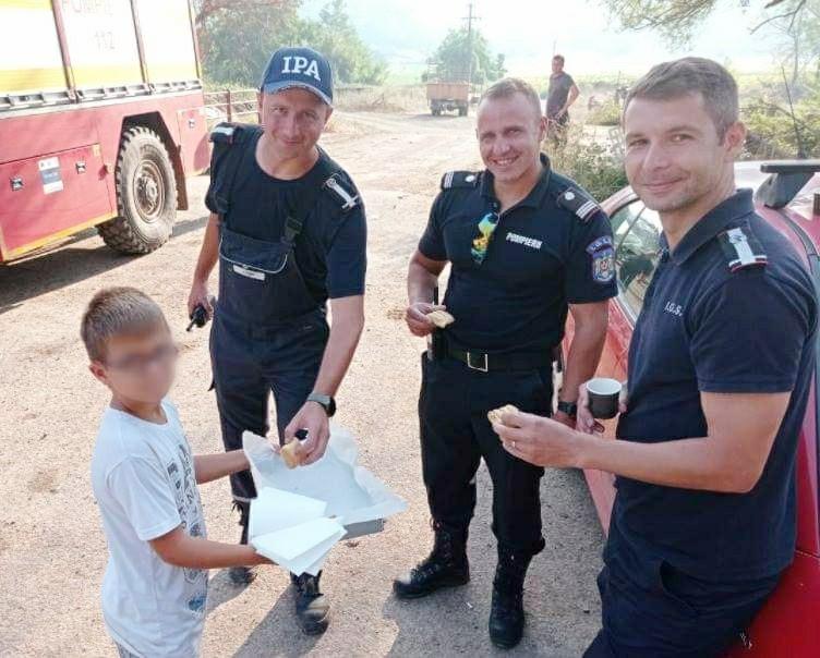 """Pompierii români din Grecia: Nu ne așteptam la așa o mare recunoștință. Ne bucură sufletul să vedem cum ne privesc, cum ne dau """"Bună ziua"""" și ne zic """"Mulțumesc!"""""""