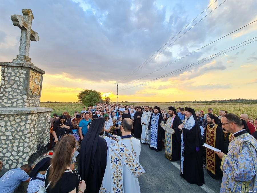 """(FOTO) Mii de credincioși au mers în Ajunul Adormirii Maicii Domnului pe """"Drumul Crucii"""" de la Mănăstirea Hodoș-Bodrog. PS Emilian: """"În pelerinajul vieții creștine să descoperim Taina Maicii Domnului"""""""