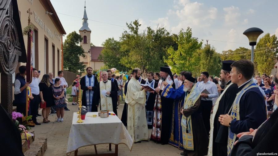 """(FOTO) Sărbătoare în Parohia Firiteaz. Centrul de Tineret """"Bucurie în Ortodoxie"""" a fost sfințit de Ierarhii arădeni, ÎPS Timotei și PS Emilian Crișanul"""