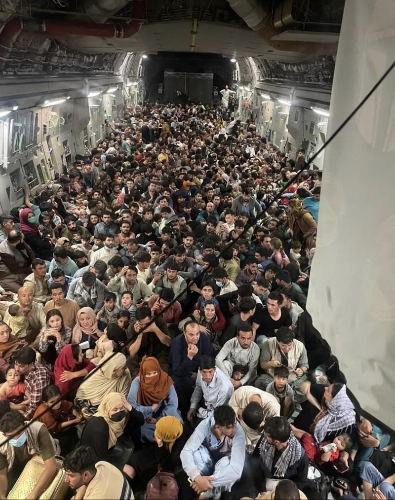 Kabul, imaginea disperării: Aproape 650 de afgani au fost evacuați într-un singur transport