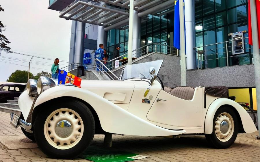 Mașina Regelui Mihai, expusă în cadrul Paradei Automobilelor Retro la CJA