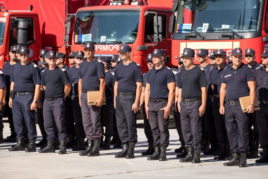 Pompierii români s-au întors din Grecia și au fost decorați cu Emblema de onoare