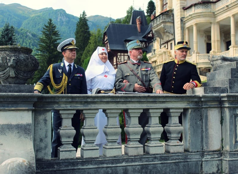 """Ținutele militare regale, prezentate de Asociația """"Ferdinand I"""" la Castelul Peleș din Sinaia"""