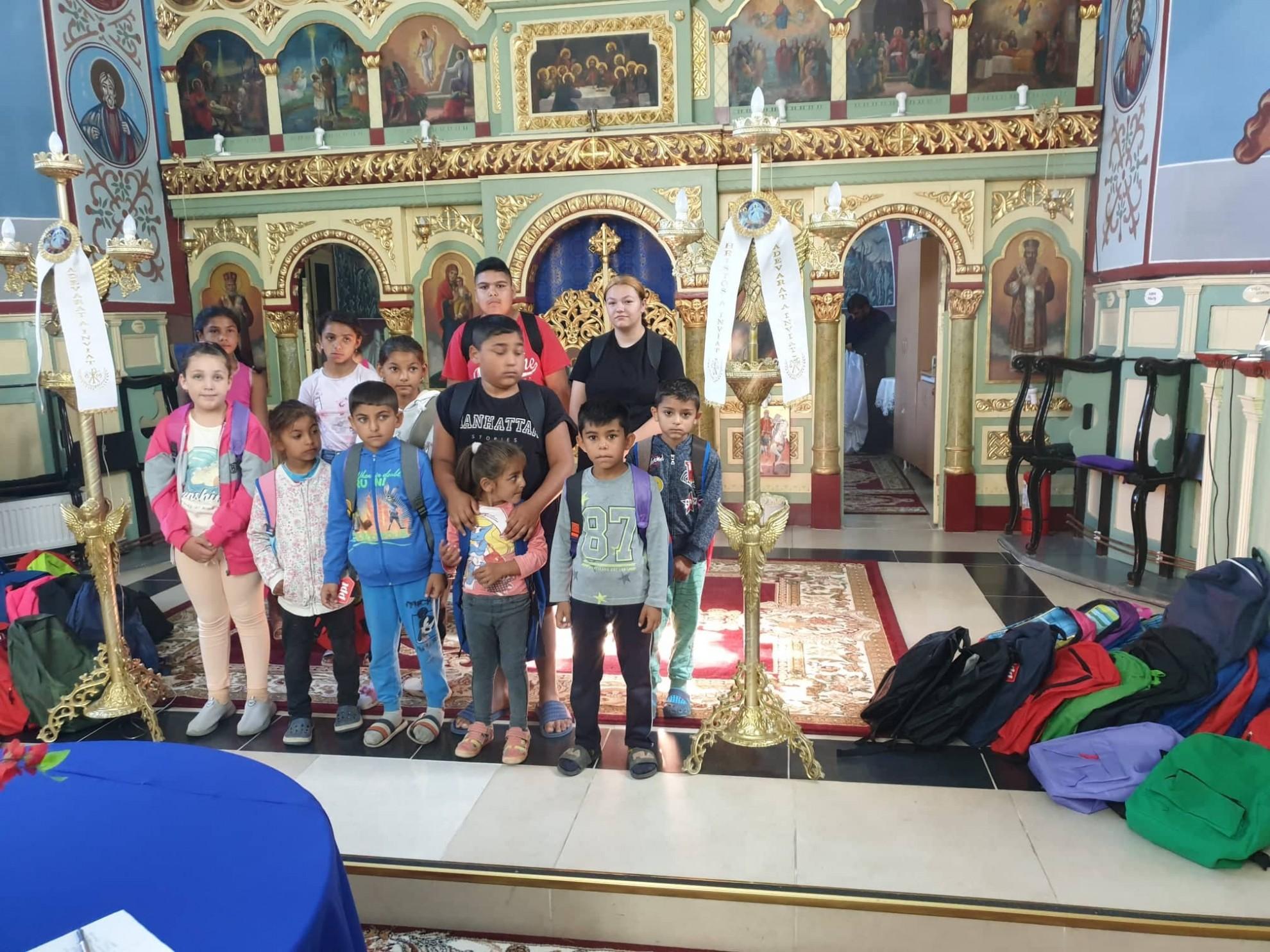 Un copil, un zâmbet, o șansă! Un tânăr teolog arădean a pregătit pentru școală peste 80 de copii din Semlac