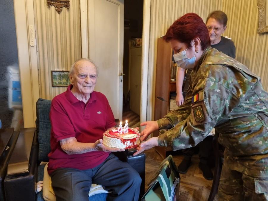 Veteranul de război Ioan-Eugen Stănescu, sărbătorit la 98 de ani