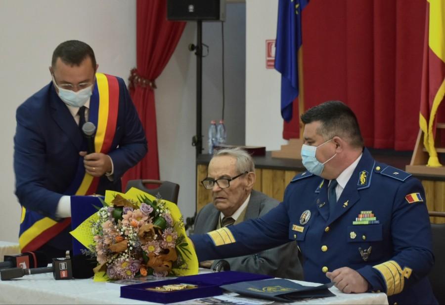 """105 ani de viață, 105 ani de istorie! Veteranul de război Constantin Florea, distins cu """"Emblema de Onoare a Armatei României"""""""