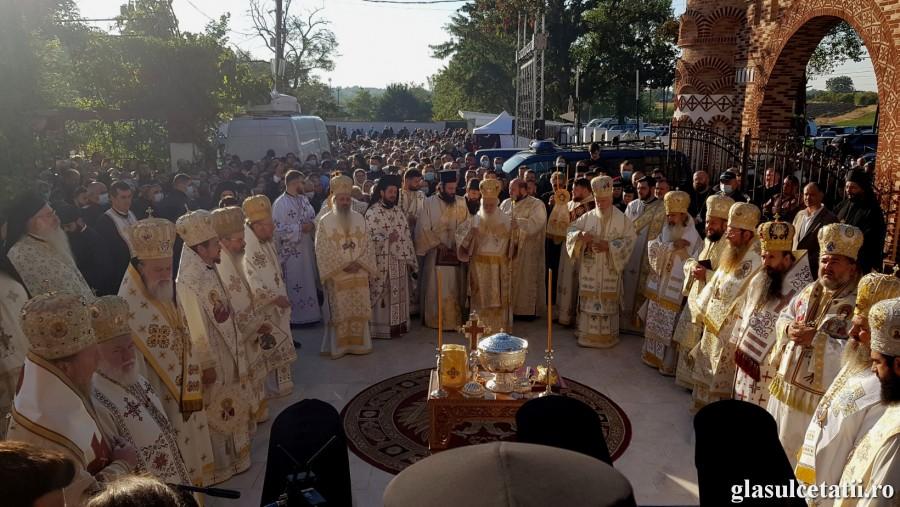 (FOTO) 16 Ierarhi din România și Grecia au sfințit Biserica Mănăstirii Pantocrator de la Drăgăneşti – Vlaşca