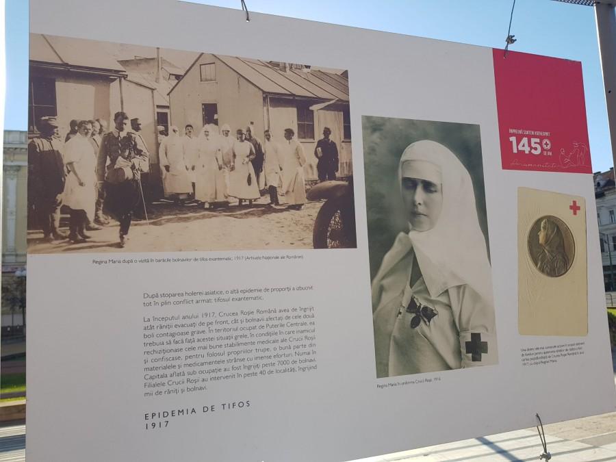 """Crucea Roşie """"145 de ani de activitate umanitară"""", expoziție pe platoul din fața Primăriei Arad"""